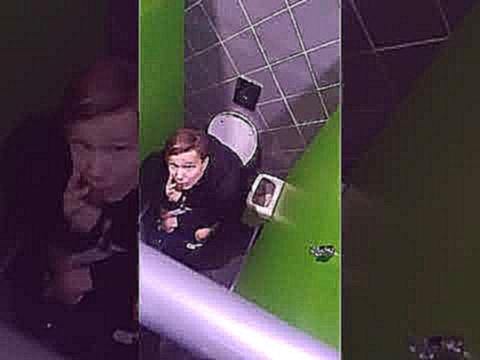 Скрытая камера парень сосет член в туалете 14